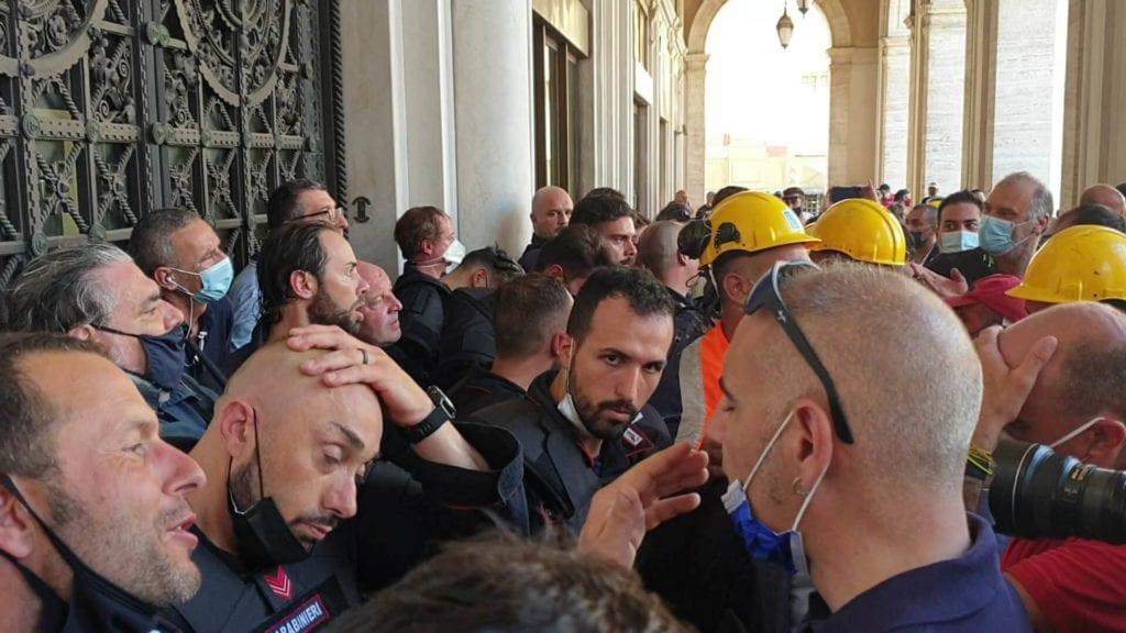 scontri a genova ex ilva sotto regione la polizia toglie i caschi
