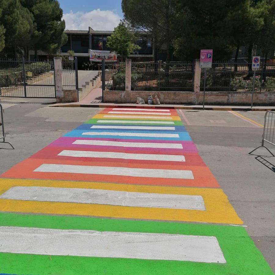 strisce pedonali arcobaleno IC Portella della Ginestra