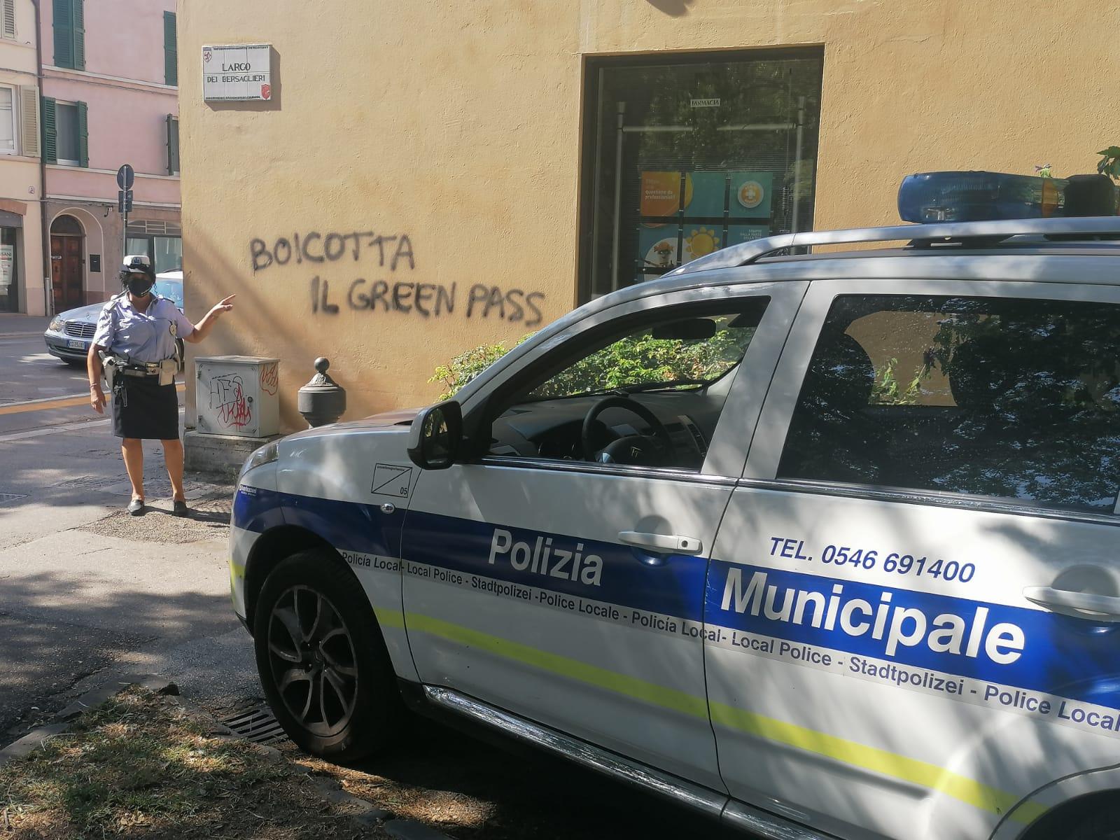 boicotta il green pass sui muri di faenza