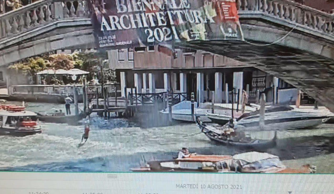 si tuffa nel canal grande a venezia