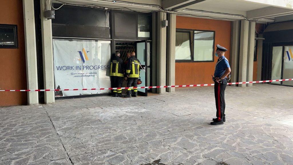 vigili del fuoco pompieri crollo pavimento poliambulatorio roma