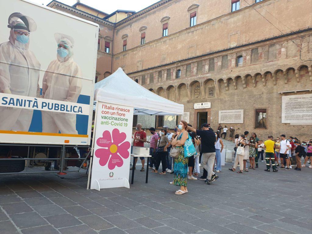 camper vaccinale piazza nettuno bologna
