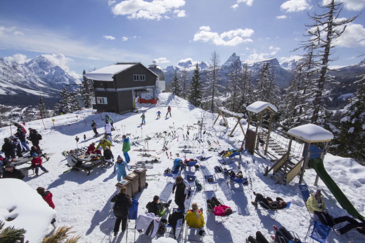 montagna veneto neve sciatori