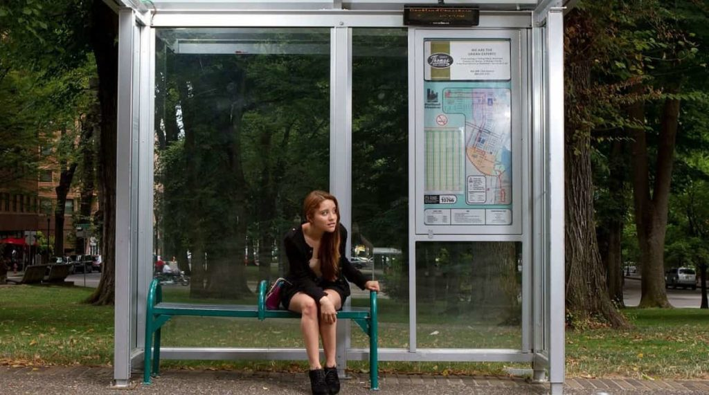 donna_fermata autobus_-min