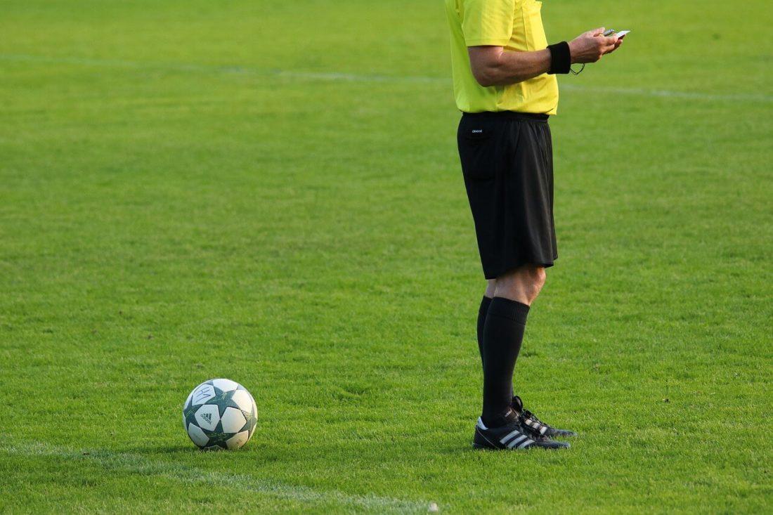 arbitro calcio pallone