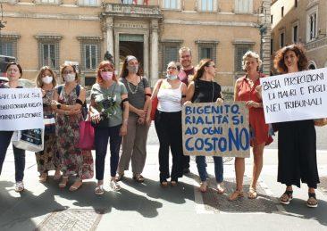 Mamme in rivolta sotto la Prefettura di Roma