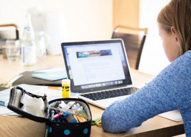 Bambina-al-computer-compiti-scuola-a-distanza-didattica