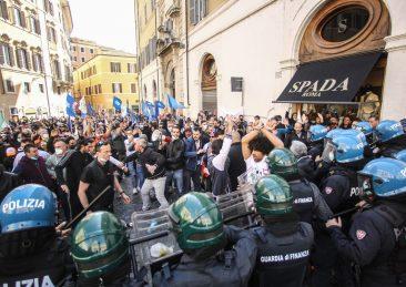 SCONTRI ALLA PROTESTA MIO ITALIA IN PIAZZA MONTECITORIO TRA FORZE DELL'ORDINE IN TENUTA ANTI SOMMOSSA E MANIFESTANTI MANIFESTAZIONE MOVIMENTO IMPRESE OSPITALITA' MOVIMENTO IO APRO LA RETE DELLE PARTITE IVA APIT ITALIA PIN ASSOCIAZIONE FIERISTI ITALIANA LO SPORT E' SALUTE LAVORATORI RISTORATORI POLIZIA POLIZIOTTI