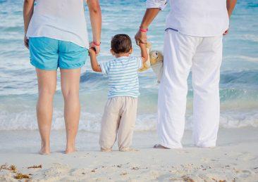 amore_famiglia_mare_bambino_genitori_vacanza