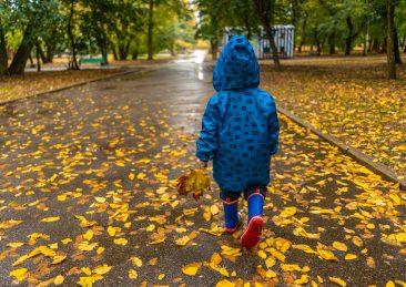 autunno-freddo-pioggia-bambino-stivali