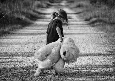 bambina_peluche_tristezza_solitudine