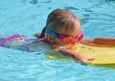 bambini-piscina-nuotare