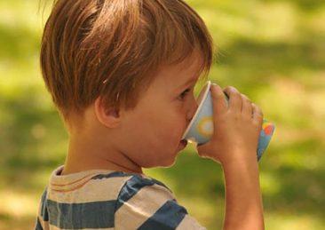 bambino_bere_acqua_salute