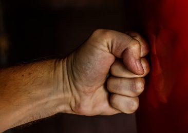 pugno violenza maltrattamenti picchiare