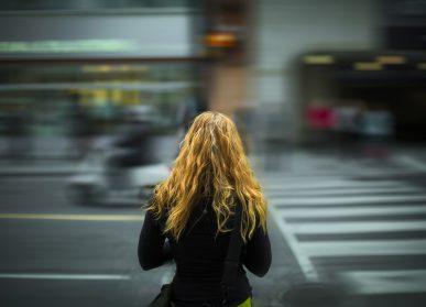 Ragazza donna sola strada