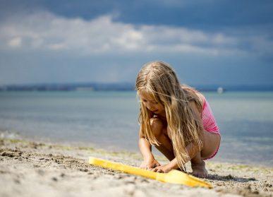 bambina al mare pixabay