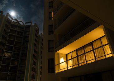 luce-balcone-appartamento-notte