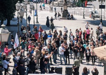 negazionisti in piazza a cagliari