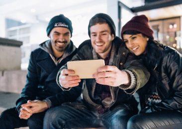 persone_giovani_amici_selfie
