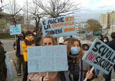 protesta scuola napoli