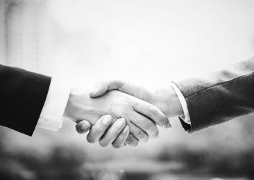 stretta-di-mano_accordo-lavoro_colloquio-lavoro_venditore-porta-a-porta